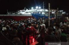 Menghindari Penyekatan, Warga Nekat Mudik Menggunakan Kapal Kayu, Ya Ampun - JPNN.com