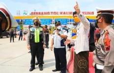 Ikut Cegat Kendaraan yang Melintas dari Luar Kota Menuju Jateng, Ganjar: Mau ke Mana Mas? - JPNN.com