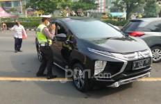 Tak Bisa Menunjukkan Surat Jalan, 8 Mobil Bernopol Luar Surabaya Diminta Putar Balik - JPNN.com