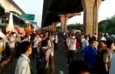 Sejumlah Pekerja Memenuhi Tol Jakarta-Cikampek, Ini Kata Polisi - JPNN.com