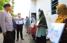 Ganjar Menyelamatkan Mbah Katini dari Kegelapan - JPNN.com