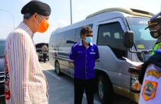 Pak Ganjar Cegat Mobil Rombongan Keluarga Pengantin, Hayo Mau ke Mana? - JPNN.com