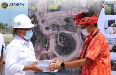 BPN NTB Serahkan Hasil Pengadaan Tanah Penlok II KEK Mandalika kepada Sandiaga Uno - JPNN.com