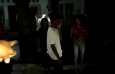 2 Pria Digerebek saat Asyik Berbuat Asusila Bersama Janda di Kamar Indekos, Videonya Viral - JPNN.com
