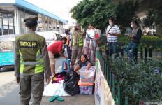 Pedagang Aksesori di Stasiun Tanah Abang Marahi Petugas Satpol PP - JPNN.com