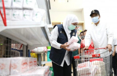 Khofifah Ditemani Gus Ipul Memborong Bipang Pasuruan, Sekalian Promosi - JPNN.com