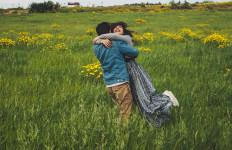 3 Trik Agar Hubungan dengan Pasangan yang Pendiam Tetap Mesra - JPNN.com