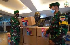 Jenderal Andika Bersama Istri Bagikan Ratusan Takjil untuk Tenaga Medis - JPNN.com