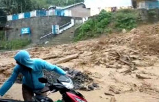 Parapat Disapu Banjir Bandang, Desa Sibaganding Diterjang Longsor, Arus Lalu Lintas Lumpuh Total - JPNN.com