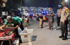 Petugas Gabungan Bubarkan Pedagang Dadakan Saat Malam Takbiran - JPNN.com