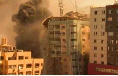 Keterlaluan, Israel juga Menghancurkan Kantor Media di Gaza - JPNN.com