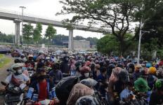 Pengunjung Menumpuk di Gerbang Utama TMII, Lihat Tuh Antreannya... - JPNN.com