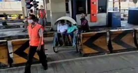 Cerita Pemudik Kayuh Becak Masuk Tol Surabaya-Gresik