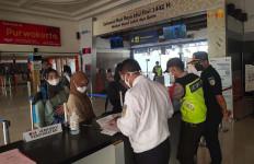 Puluhan Calon Penumpang Ditolak Naik Kereta Api - JPNN.com