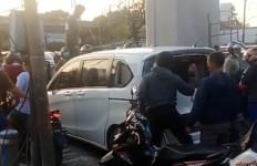 Pengemudi Honda Freed Ugal-ugalan, Ngawur Banget, Dikejar Warga, Begini Akhirnya - JPNN.com