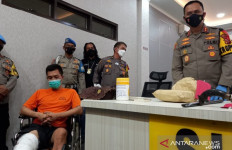 Terancam Hukuman Mati, Mahasiswa Menunduk di Kursi Roda, Betis Diperban - JPNN.com