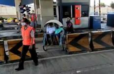 Tak Hanya Becak, Sepeda Motor hingga Ontel Juga Sering Masuk Tol Surabaya-Gresik - JPNN.com