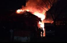 Gudang dan Dua Truk Terbakar di Manggarai - JPNN.com