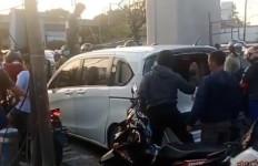 Honda Freed Dilempari Batu, Pengemudinya Dikeroyok Massa, Lihat Tuh.. - JPNN.com