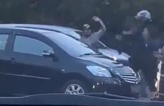 Lihat! Petugas Dishub Diserang Sejumlah Orang dan Dilempar Helm Berkali-kali - JPNN.com