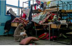 Baru Melahirkan, Ibu Ini Terpaksa Membawa 6 Anaknya Menyelamatkan Diri dari Serangan di Gaza - JPNN.com
