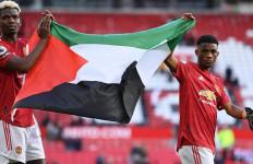 Manchester United Tertahan, Bendera Palestina Berkibar di Old Trafford - JPNN.com