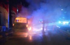 Detik-detik Mobil Angkutan Umum Terbakar hingga Gosong di Cakung - JPNN.com