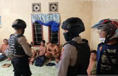Polisi Bersenjata Gerebek Judi Sabung Ayam di Nunukan - JPNN.com