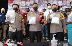 Polisi Gerak Cepat, Raden dan Burhan Dibekuk, Barang Buktinya Belasan Kilogram Sabu-Sabu - JPNN.com