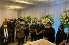 Kalimat Menyentuh Menko PMK Saat Melepas Jenazah Wagub Klemen ke Papua - JPNN.com