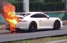 Duh, Mobil Mewah Terbakar di Kelapa Gading, Harganya Fantastis - JPNN.com