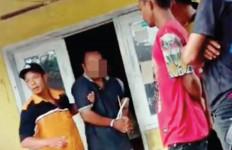 Pak Guru Melihat Mantan Siswinya Masuk ke Kamar Mandi, Terjadilah Aksi Tak Terpuji - JPNN.com