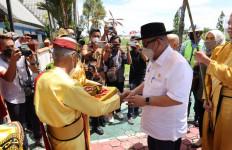 Tiba di Tarakan, Ketua DPD RI Disambut Prosesi Adat Tepung Tawar - JPNN.com