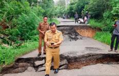 Pergerakan Tanah di Desa Kungkilan, Akses Jalan Baturaja-OKU Selatan Putus Total - JPNN.com