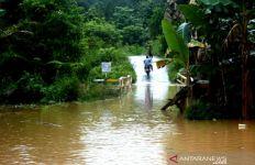 Banjir Menerjang, Aktivitas Warga Lumpuh, Ketinggian Air Sungai Terus Naik - JPNN.com