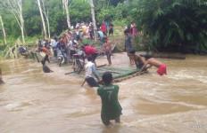 Jembatan Putus Dihantam Aliran Sungai, Satu Desa di Balangan Kalsel Terisolasi - JPNN.com