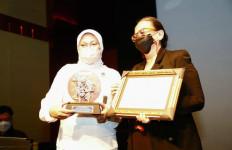 Menaker Ida Beri Penghargaan Life-Time Achievement Kepada Sineas Film Indonesia - JPNN.com