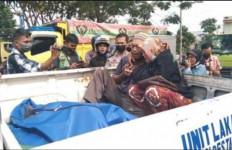 Orang Tua Yuliana Hanya Bisa Menangis Pijar di Atas Bak Mobil Polisi - JPNN.com