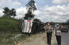 Bus R6 Sambodo Terbalik di Jalintim, 4 Orang Tewas Mengenaskan, Sopir Melarikan Diri - JPNN.com