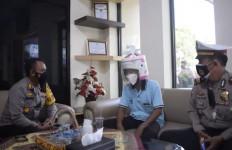 Perhatikan Helm Pria Asal Pasuruan Ini, Ha ha ha - JPNN.com