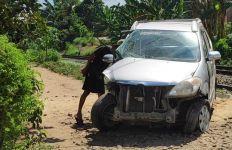 Lakalantas di Perlintasan Kereta Api, Mobil Avanza Remuk Jadi Kayak Begini - JPNN.com