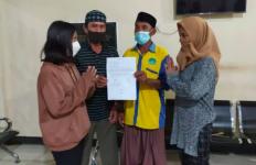 Usai Saling Sindir di Medsos, 2 Remaja Putri Ini Lanjut Baku Hantam di Depan Kantor Desa - JPNN.com