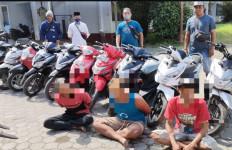Polisi Cegat Truk Pupuk di Depan Kantor Camat, Setelah Dibuka, Astaga! - JPNN.com