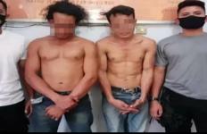 Dua Pemuda Ugal-ugalan Sambil Ancam Pengendara Motor dengan Parang, Parah - JPNN.com