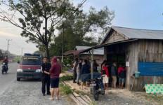 Subuh, Pria Misterius Tembaki Warga di Warung Biliar, Hendri Jaya Bersimbah Darah - JPNN.com
