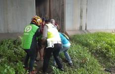 Kecelakaan Tunggal, Pengendara dan Penumpang Terjun Bebas ke Bawah Flyover - JPNN.com