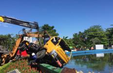Truk Pengangkut Sampah Masuk Kolam Air Mancur, Polisi Langsung Bergerak - JPNN.com