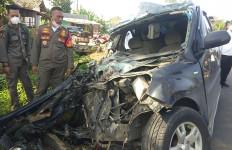 Mobil Terios yang Ditumpangi Pejabat Ini Ringsek Usai Tabrak Truk di Jalinsum - JPNN.com