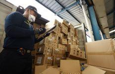 Bea Cukai dan Satgas Pamtas Yonif 643/WNS Amankan Ratusan Botol Miras - JPNN.com