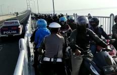 Lihat Nih, Aksi Polisi Mengadang Pengendara Motor yang Hendak Putar Balik di Suramadu - JPNN.com